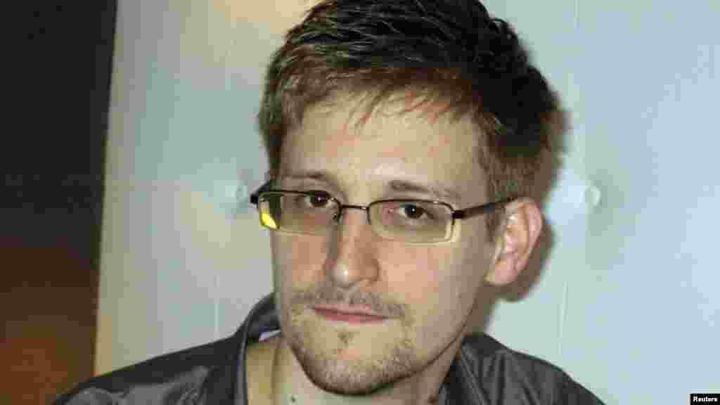 16 июля бывший наемный сотрудник американских спецслужб Эдвард Сноуден попросил временного убежища в России. Миграционная служба России пообещала рассмотреть его запрос в течение трех месяцев.