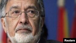 Former Afghan Foreign Minister Zalmai Rasul has endorsed another former foreign minister, Abdullah Abdullah.