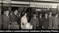 Vizita lui Nicolae Ceauşescu la Târgul Internaţional; Pavilionul expoziţional din Piaţa Scânteii. (14 mai 1976). Sursa: Fototeca online a comunismului românesc; cota: 73/1976