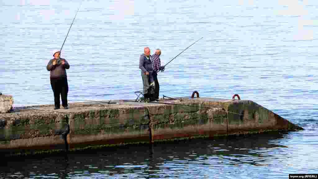 Пирс облюбовали рыбаки