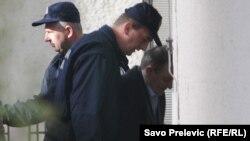 Jedan od osuđenih u pratnji policije ispred suda u Podgorici - april 2011.
