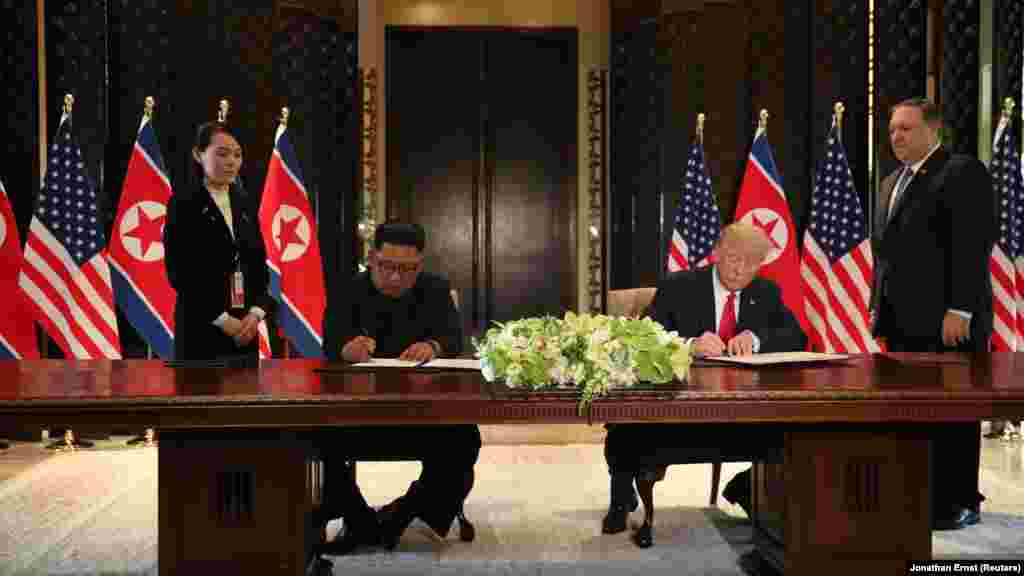Главы США и КНДР подписали совместный «всеобъемлющий документ» по итогам саммита.Лидеры пока не раскрыли подробностей содержания документа. «Мы подписываем очень важный документ. Довольно всеобъемлющий документ. И мы прекрасно провели время вместе, отличные отношения. Для нас обоих большая честь подписать этот документ»,– сказал Трамп