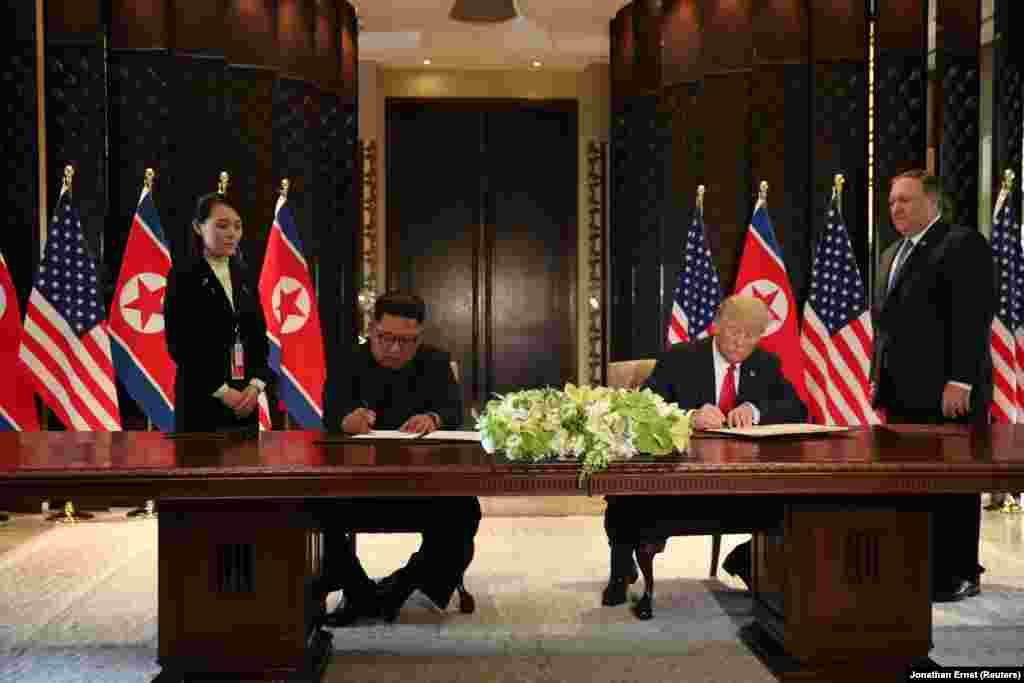 Спочатку повідомлялося про те, що лідери США і КНДР підписали спільний «всеосяжний документ» за підсумками історичного саміту. «Ми підписуємо дуже важливий документ. Досить всеосяжний документ. І ми прекрасно провели час разом, - сказав Трамп. - Для нас обох велика честь підписати цей документ».
