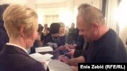 Boris Dežulović Snježani Kordić potpisuje knjigu u Zagrebu