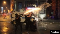 Турк полицияси намойишчиларни тарқатиш учун кўздан ёш сиздирувчи газ ва сув пуркагичлардан фойдаланмоқда.