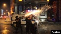 Спецзагін поліції обстрілює демонстрантів гранатами з подразливим газом, центр Стамбула, 16 червня 2013 року
