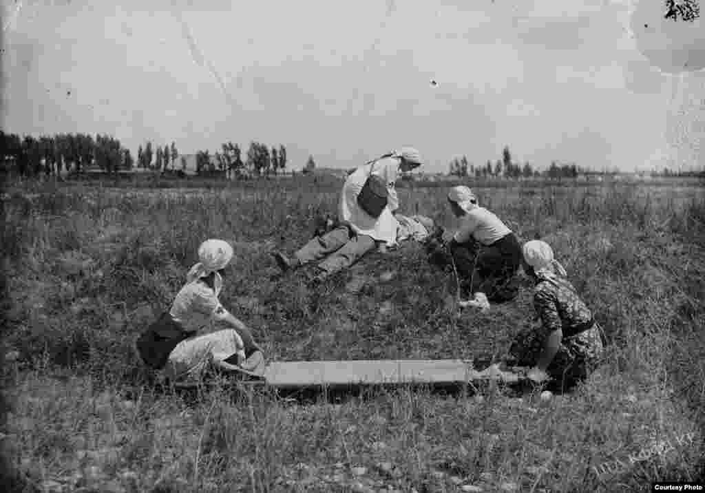 Медсестры оказывают помощь пострадавшему солдату. 1941-1942 годы.