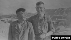 Дилявер Менлимурзаев (справа) и Л. Таймазов. Узбекистан, пос. Лянгар, 17 апреля 1955 года
