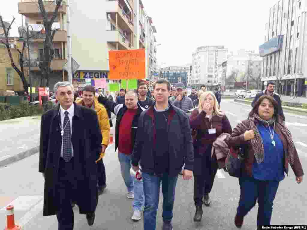 МАКЕДОНИЈА - Новинари протестираа пред Владата поради заканите против претседателот на ЗНМ, Насер Селмани од страна на висок партиски функционер на коалицискиот партнер во Владата ДУИ, Бекир Асани. Селмани од протестот порача: Врзете си ги кучињата.