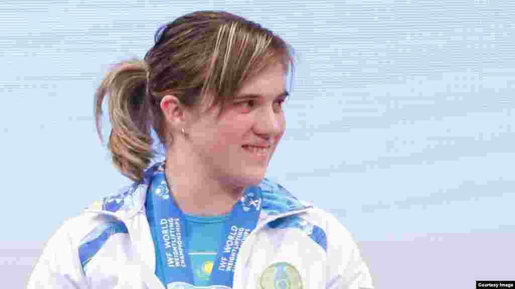 Карине Горичевой вручили серебряную медаль. Алматы, 13 ноября 2014 года.