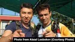 Абзал Лесбеков (слева).