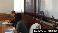 Атырау қаласының бұрынғы сот актілері мен мемлекет мүддесіөкілдігінің заңдылығын қадағалау міндеттерін атқаратын бұрынғы прокуроры Азамат Қоқаманов (қамауда) пен оның адвокаты Бекентай Бүбербаев сот залында. Атырау, 7 сәуір 2017 жыл.