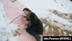 Активиста Татьяну Липанину, охранявшую остатки рощи, сбили с ног