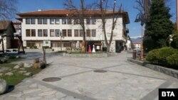 Централният площад в Банско е пуст, след като градът е поставен под карантина