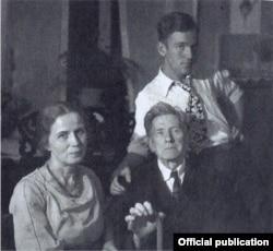 Cu părinții săi, c.1937