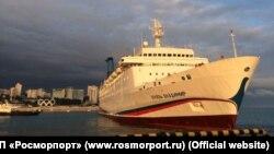 Круизный лайнер «Князь Владимир» в порту Сочи, архивное фото