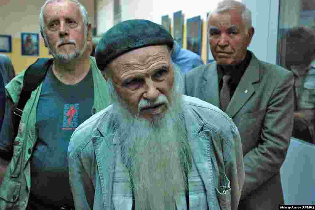 Один из старейших фотографов Алматы Владимир Шургаев (ему 83 года). На заднем фоне слева — режиссер-документалист Александр Головинский, справа — фотолюбитель Гаяз Мухамеджанов.