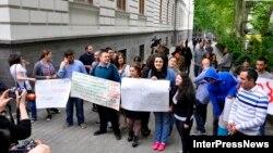 Президент здание Тбилисского госуниверситета покинул без комментариев, лишь махнул рукой участникам акции протеста перед тем, как сесть в автомобиль