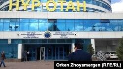 """Перед зданием головного офиса президентской партии """"Нур Отан"""". Астана, 12 сентября 2013 года."""