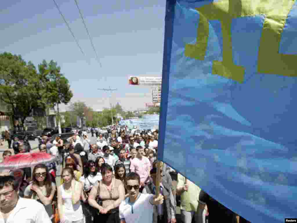 Украина: Акция памяти департации крымских татар 67 лет назад - Crimean Tatars take part in a procession to mark the 67th anniversary of their people's deportation from the peninsular to distant parts of the Soviet Union, in the town of Yevpatoria May 18, 2011. REUTERS/Stringer (UKRAINE - Tags: SOCIETY CIVIL UNREST ANNIVERSARY POLITICS)