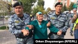 Полиция азаматтарды ұстап жатыр. Нұр-Сұлтан, 21 қыркүйек 2019 жыл.