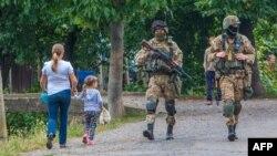 Украінскія вайскоўцы патрулююць вёску Бабровішчы каля Мукачава