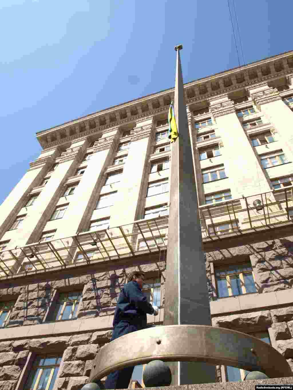 У день Державного папору України у київському Центрі народознавства «Козак Мамай» розгорнуть найбільший прапор України. Його площа сягає 900 кв.м, ширина - 12 м, а довжина - понад 75 м.
