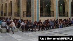 شبّان عراقيون بإنتظار موعد صلاة الجمعة في السليمانية