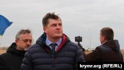 Сергей Костинский во время строительства телерадиовышки неподалеку от пропускного пункта «Чонгар»