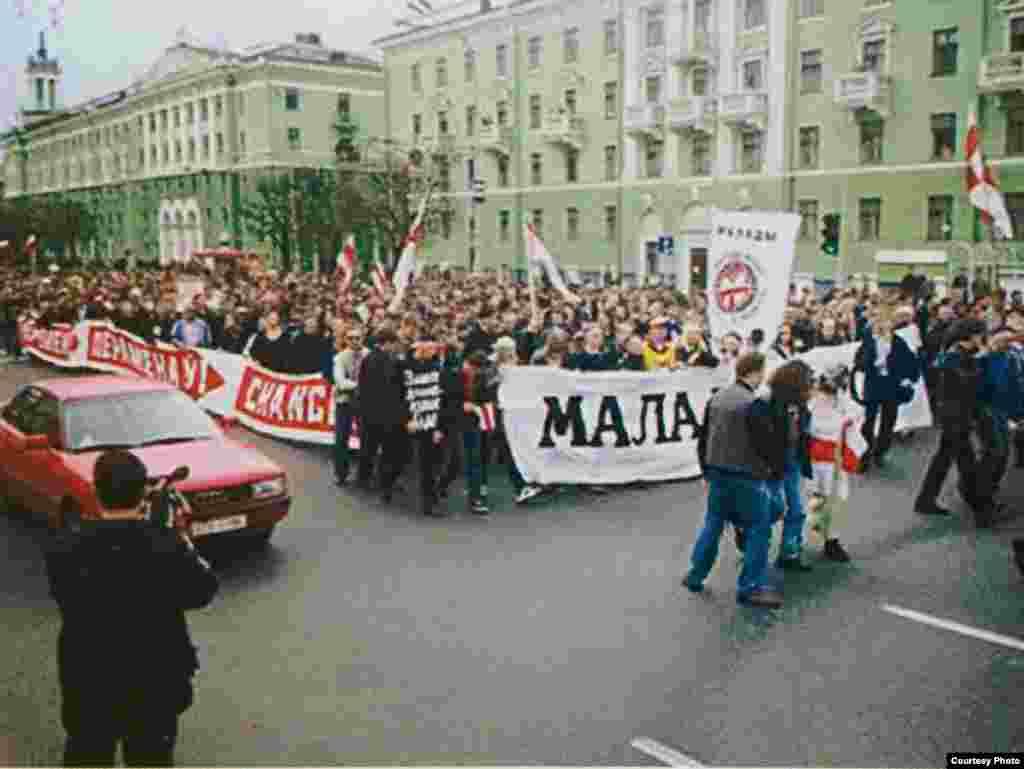 Калёна «Маладога Фронту» напраспэкце Незалежнасьці падчас Чарнобыльскага шляху 2001году