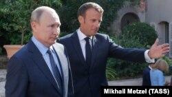 Russian President Vladimir Putin (left) and French President Emmanuel Macron (file photo)