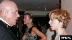 Вечерние наряды телеакадемиков в любом случае не пропадут. Владимир Познер и Марианна Максимовская на российском экономическом форуме в Лондоне