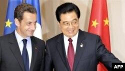 هو جین تائو، رئیس جمهور چین، (راست) در کنار نیکلا سرکوزی، رئیس جمهور فرانسه