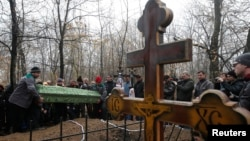 Похороны двух мальчиков, убитых под обстрелом во дворе школы в деревне Грабары Донецкой области. 7 ноября 2014 года.