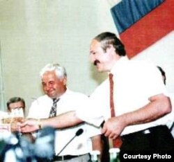 Мікалай Кандраценка і Аляксандар Лукашэнка падпісваюць дамову паміж Беларусьсю і Кубаньню. 1997
