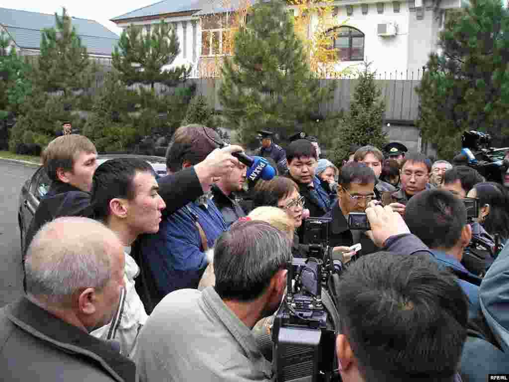 Сериккали Мусин (в центре), адвокат вдовы Нуркадилова, рассказал прессе о первых деталях преступления. Алматы, 13 ноября 2005 года.