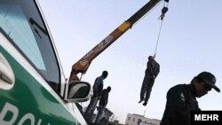 یکی از موارد اعدام در انظار عمومی در کرج؛ علامت شرکت تادانو بر جرثقیل استفاده شده قابل مشاهده است