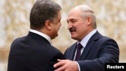 Прэзыдэнт Украіны Пятро Парашэнка (зьлева) вітае Аляксандра Лукашэнку падчас сустрэчы ў Менску, 11 лютага 2015 году