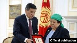 Сооронбай Жээнбеков вручил матери Усенбека Ниязбекова медаль «Эрдик».