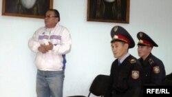 Жазушы Алпамыс Бектұрғанов соттағы пікірсайыс кезінде сөйлеп тұр. Орал, 6 қазан 2009 жыл.