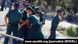 Сотрудники узбекской милиции проверяют документы абитуриентов. Иллюстративное фото.