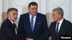 ბოსნია-ჰერცეგოვინის ახალი მმართველი პრეზიდიუმის წევრები: ხორვატი ჟელიკო კომსიჩი (მარცხნივ), სერბი მილორად დოდიკი (ცენტრში) და ბოსნიელი მუსლიმი სეფიკ ჯაფეროვიჩი
