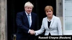 Главы правительств Великобритании и Шотландии Борис Джонсон и Никола Стерджен.