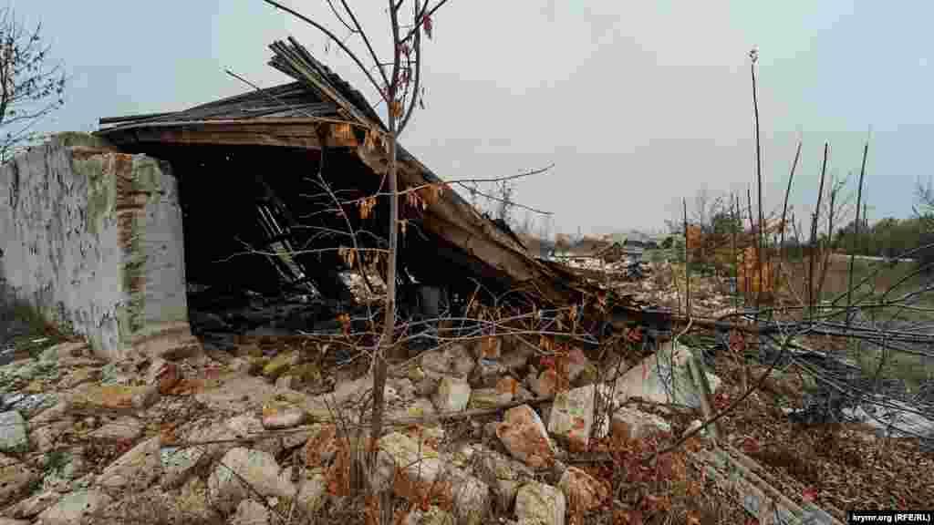 От прежних сушилок табака остались одни руины