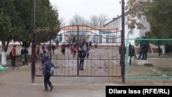 Дети во дворе общеобразовательной школы в Шымкенте.