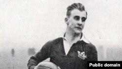 В первой половине прошлого века в Англии в регби играл и русский князь Александр Оболенский