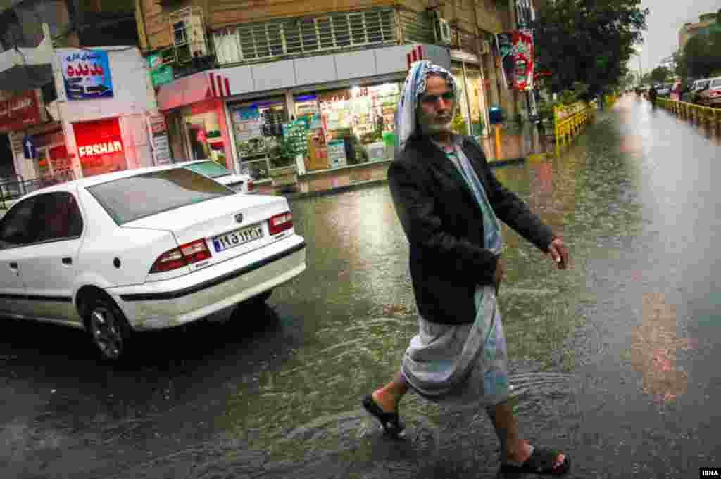 سیل در اهواز؛ طی هفته گذشته وقوع سیل در برخی استانهای ایران خسارات زیادی را به بار آورده است. سیل و آبگرفتگی در ۹ استان، به ۱۴ شهر و ۴۸ روستا و منطقه عشیرهنشین خسارت وارد کرده. این عکس، سیل در استان خوزستان و شهر اهواز را نشان میدهد.