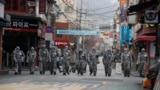 Паўднёвакарэйскія вайскоўцы праводзяць дэзынфэкцыю вуліцы ў Сэуле, 4 сакавіка.
