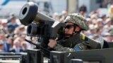 Український військовий тримає наданий США ПТРК Javelin під час військового параду на День незалежності України. Київ, 24 серпня 2018 року