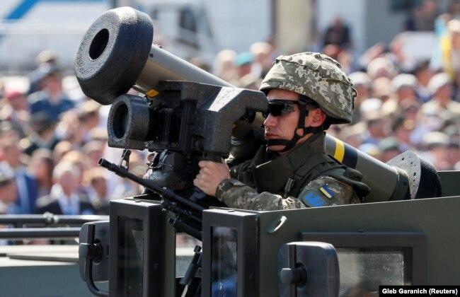 """Украинский военный с американским переносным противотанковым ракетным комплексом """"Джавелин"""" на военном параде в честь Дня независимости Украины, 24 августа 2018 года"""